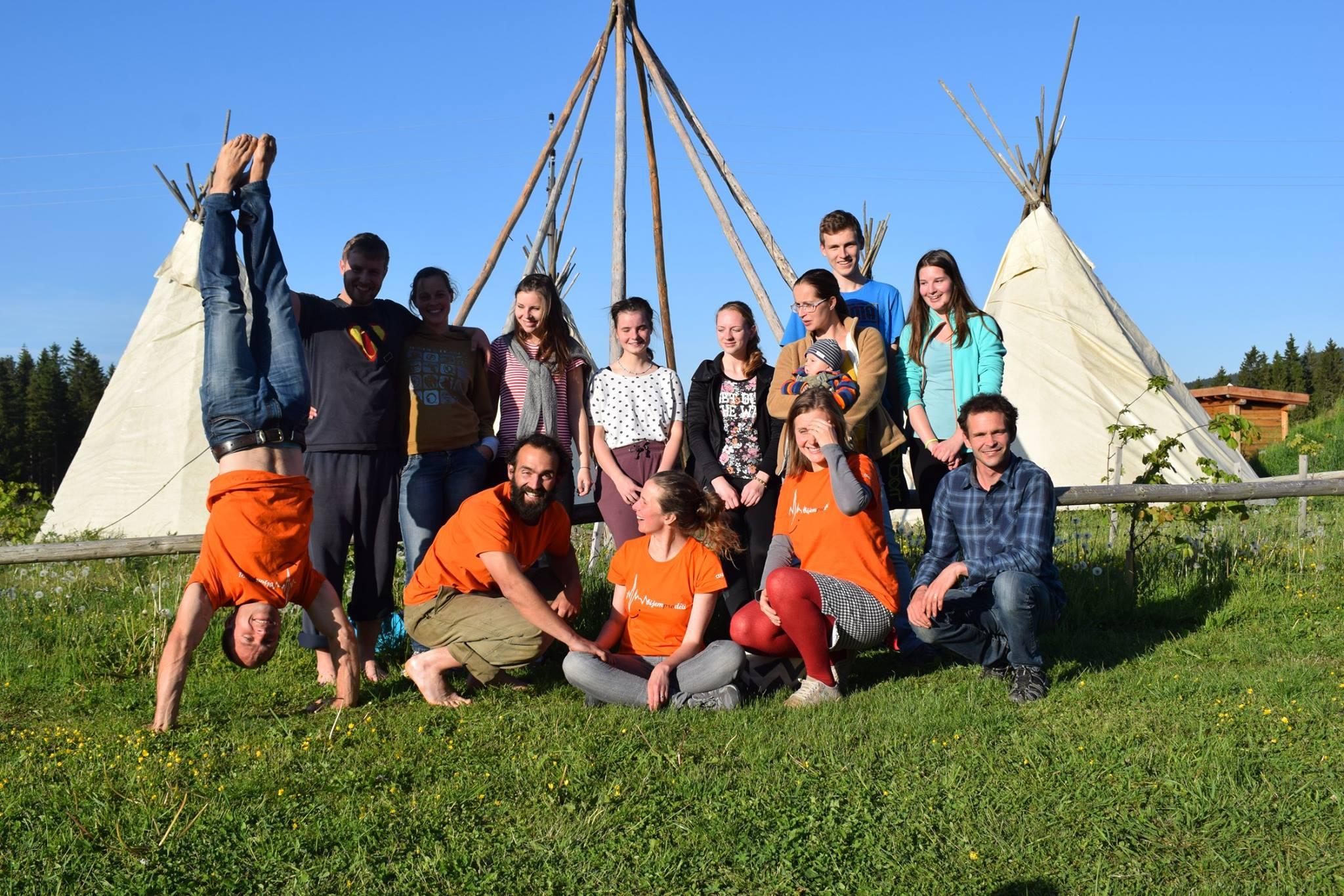 Nahodili jsme kostru táborů i rejvízských teepee